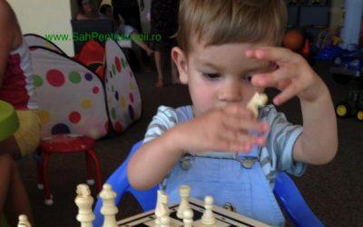 La început copilul nu joacă șah, ci se joacă cu șahul